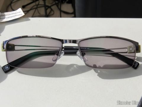 Óculos G4U 79012 com Lentes 1.56 Fotocromáticas Ciinza da Goggles4U, com as lentes fotocromáticas ativadas após alguns segundos no sol