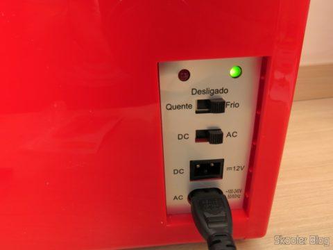 Mini Geladeira Retrô Portátil TV007 em funcionamento, resfriando