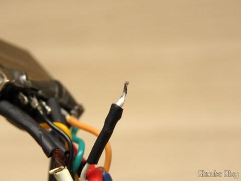 O plug do Playstation no Cabo SCART RGB para Playstation One (Sync-on-Luma) com upgrade para Multicore Coax
