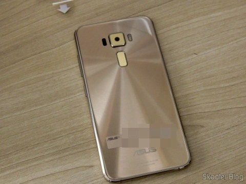 The back of the Smartphone Asus ZenFone 3 32GB Gold Dual 4 g Chip