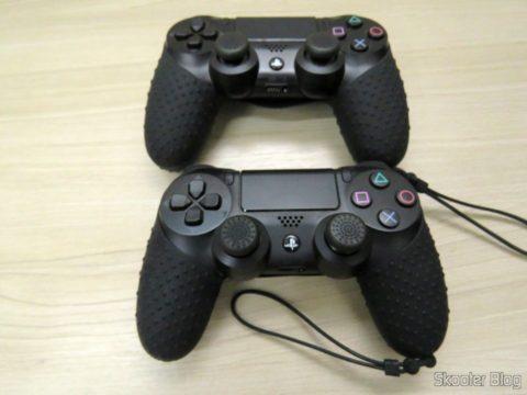 Os 4 Thumb Grips para Dualshock 4 (PS4), instalados nos dois Dualshock 4