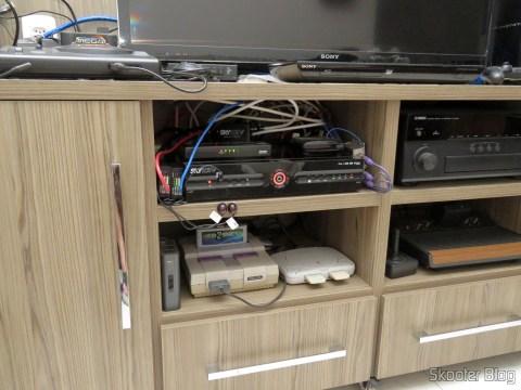 Transmissor do 2º Extensor HDMI Lenkeng LKV375 HDBaseT por Par Trançado Único, instalado junto ao decodificador da Sky