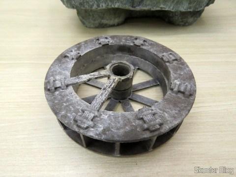 Roda d'Água quebrada, ressecada e esbranquiçada pelo cloro da água