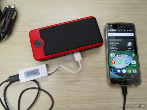 Mini Powerbank carregando o Moto Z Play
