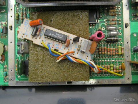Placa do Atari 2600 com a plaquinha que transcodifica para PAL-M da Polyvox