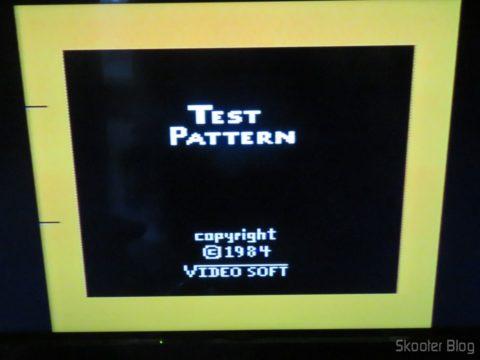 Color Bar Generator no Atari 2600 da Polyvox c/ fonte externa, ainda frio, em TV LCD
