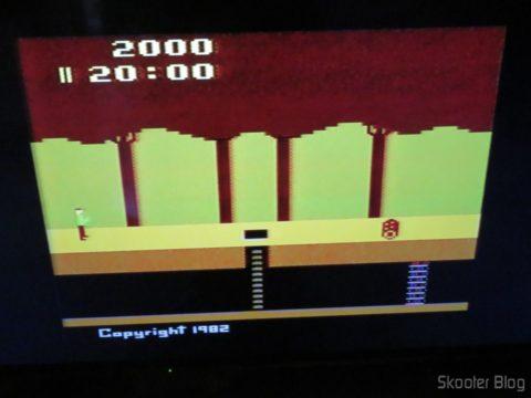 Pitfall no Atari 2600 da Polyvox c/ fonte externa, em TV LCD