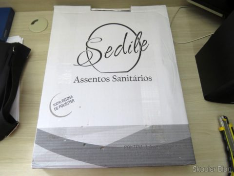 Polyester toilet seat for Dinnerware Deca Ravenna, the brand Sedile, on its packaging