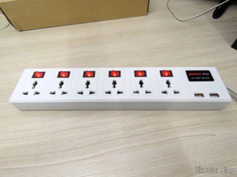 Filtro de Linha com 6 Tomadas Universais, 2 USB, e Interruptores Individuais, em funcionamento