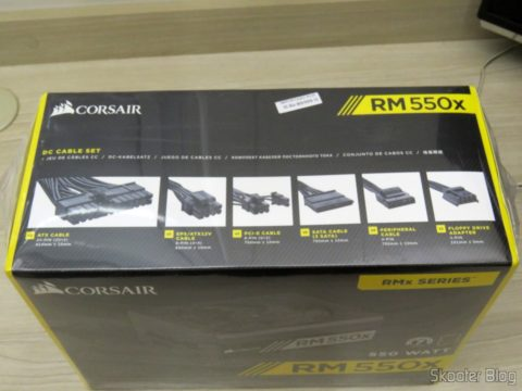 Fonte de Alimentação Totalmente Modular RMx Series™ RM550X — 550 Watt com certificação 80 PLUS® Gold, em sua embalagem