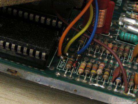 Os 4 fios da plaquinha de transcodificação para PAL-M da Polyvox e o resistor R234 faltando
