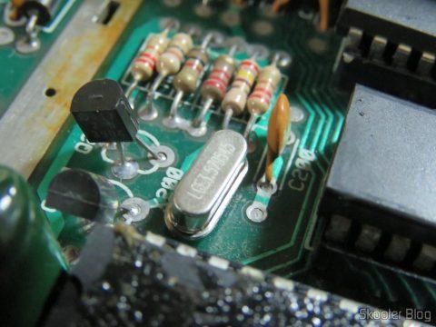 O cristal oscilador de3,579545 MHz (NTSC) meia caneca já soldado na placa