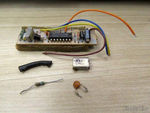 Os elementos removidos nesse processo: plaquinha de PAL-M, resistor de 560 ohms, cristal oscilador PAL-M e capacitor de 1,5nF. Vamos guarda-los com carinho.