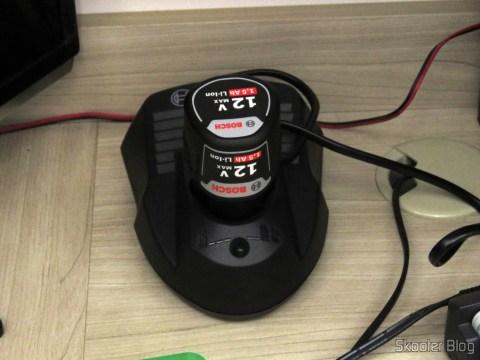 Carregador de Baterias da Parafusadeira-Furadeira à Bateria Bosch 12V GSR 120-LI, em funcionamento.