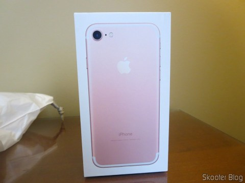 iPhone 7 128GB Rose Gold, on its packaging