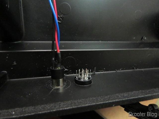 Plug mini DIN apenas colocado no furo. Atenção: a orientação está incorreta.