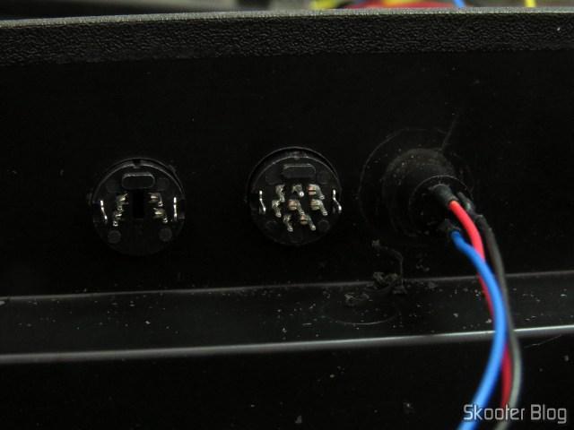Jacks mini DIN e S-Video colocados nos furos.