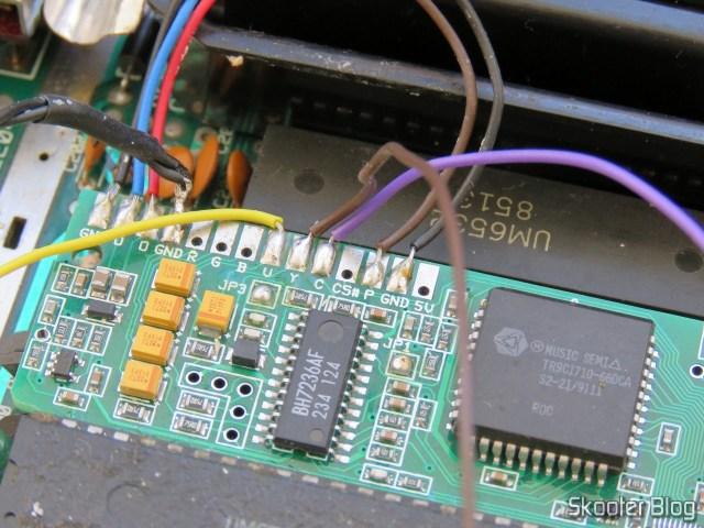 Soldando os fios da saída S-Video na plaquinha do Kit 2600RGB.