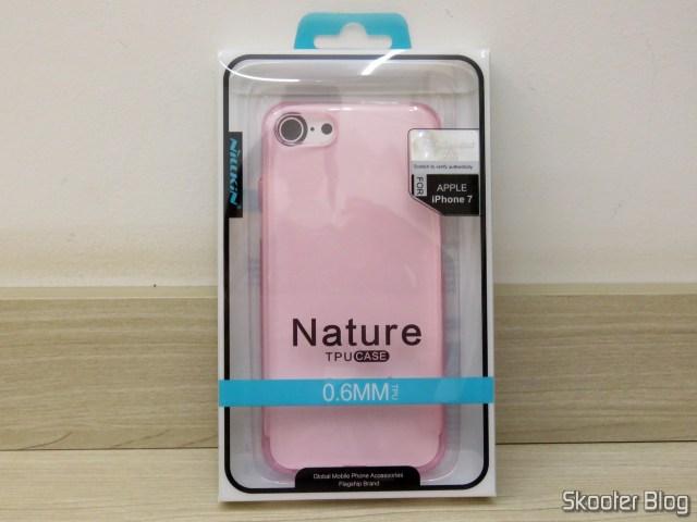 Capa para iPhone 7 Nillkin Ultra Fina Rosa Translúcida, em sua embalagem.