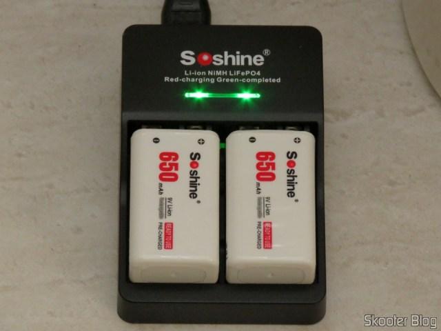 3ª e 4ª Baterias Soshine 9V 6F22 650mAh Recarregáveis Li-Ion + 2º Carregador Inteligente com LED, em funcionamento. Baterias com carga completa.