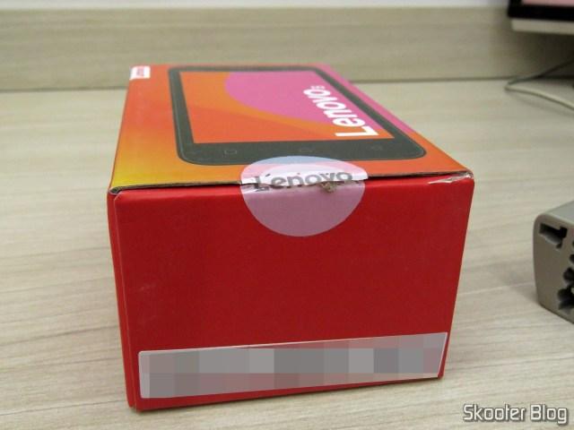 A caixa doSmartphone Lenovo Vibe B 8GB, com o lacre de fábrica rompido.