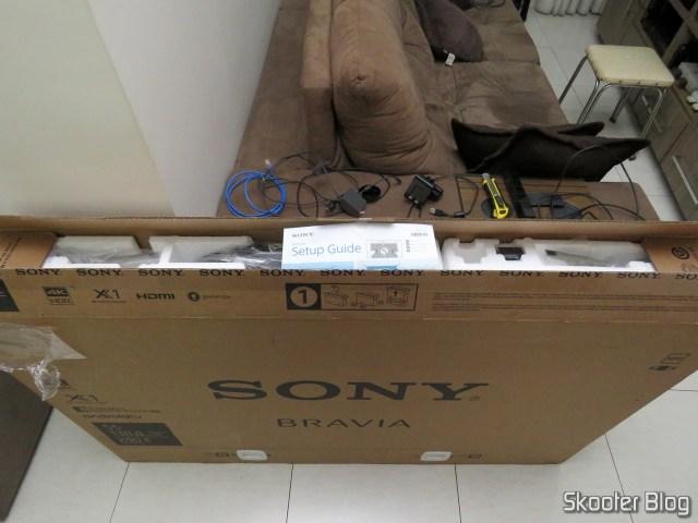 TV Sony XBR-55X905E 4K, em sua embalagem.