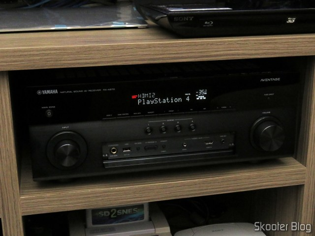 Receiver Yamaha Aventage RX-A870, com a tampa frontal aberta.