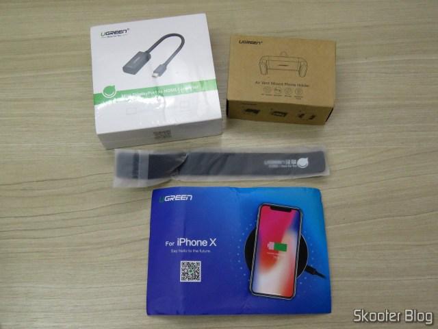 Suporte de Celular para Carro Ugreen para Saída de Ar, Adaptador de Mini DisplayPort para HDMI Ugreen, organizador de cabos com velcro, e cartão.