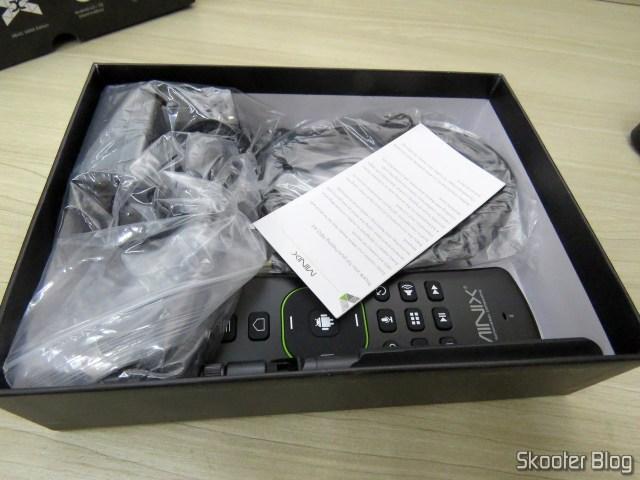 Caixa do Minix NEO U9-H, com os acessórios.