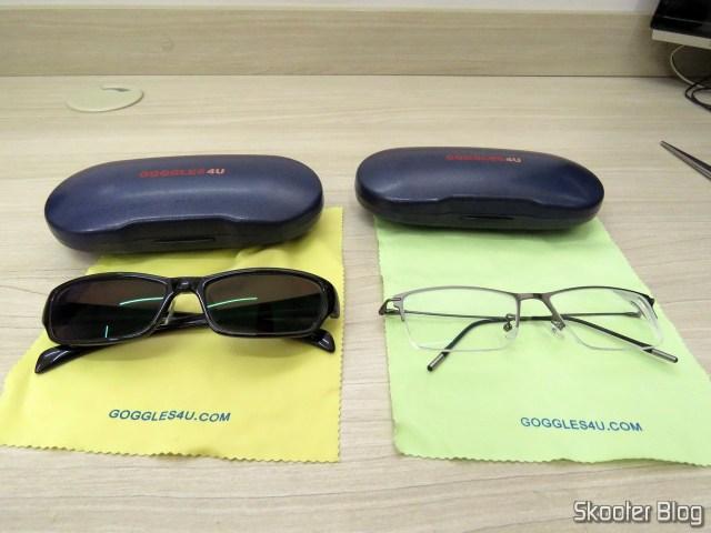 Os dois óculos da Goggles4U e seus respectivos estojos.