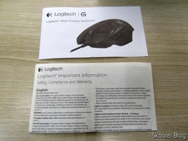 Folhetos que acompanham o Logitech G502 Proteus Spectrum RGB Tunable Gaming Mouse.