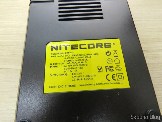 Parte traseira do Carregador de Baterias Nitecore Digicharger D4EU.