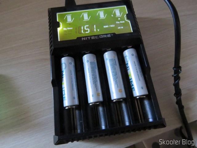 Carregador de Baterias Nitecore Digicharger D4EU, em funcionamento com baterias NiMH.