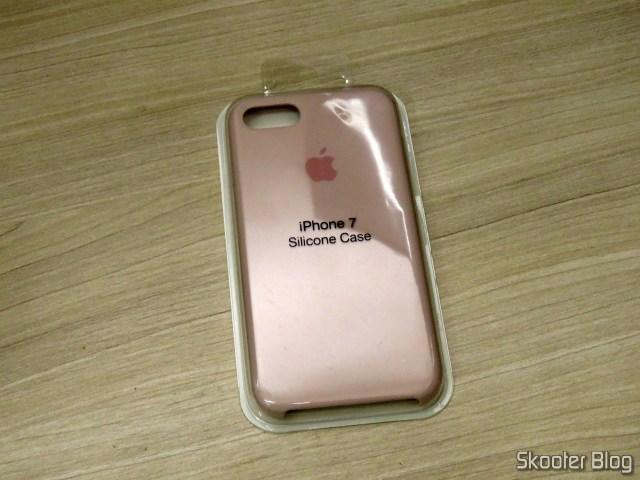 """A """"Capa Case Silicone 100% Original Apple iPhone 6S 7 8 Plus X"""", em sua embalagem."""
