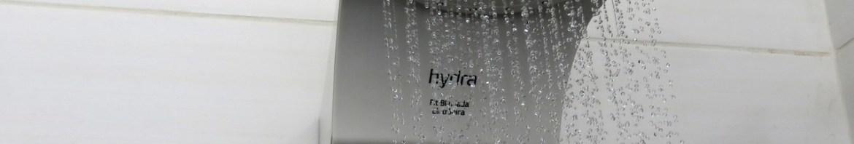 Chuveiro Hydra Fit Blindado Eletrônico Branco, em funcionamento.