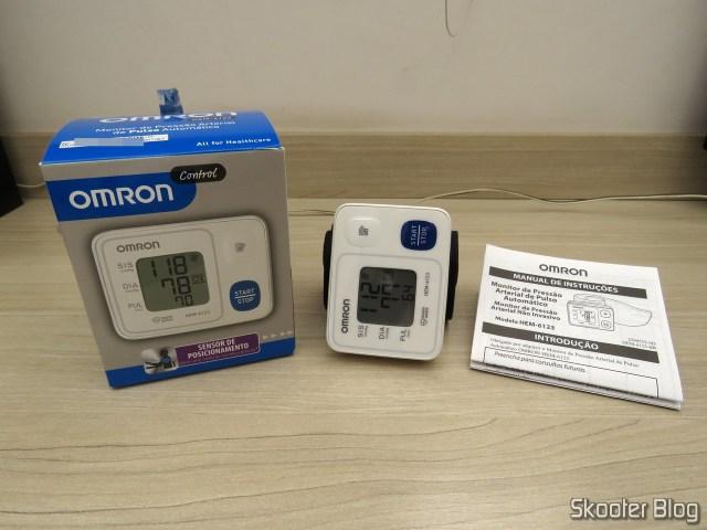 Aparelho de Pressão Omron Automático de Pulso HEM 6123, com embalagem e manual.