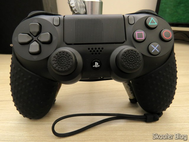 5º Silicone case with strap for Dualshock 4, installed.
