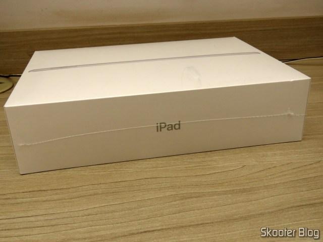 Apple iPad 2018 6ª Geração 128GB WiFi Prata MR7K2BZ/A, em sua embalagem.