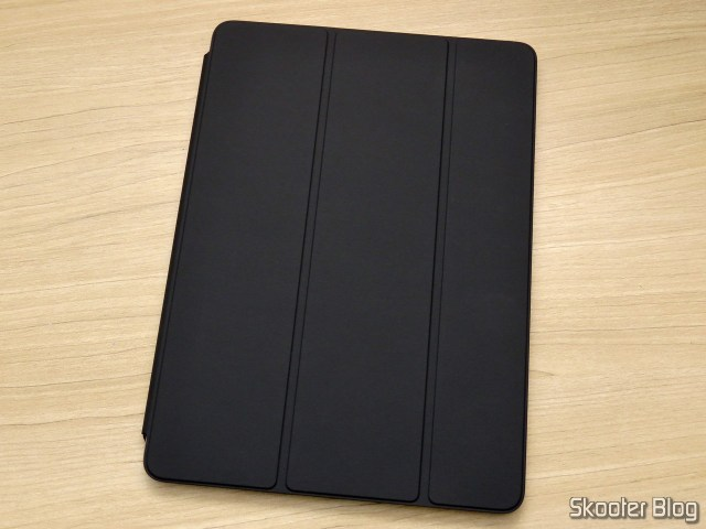 Apple iPad Smart Cover 2018 Cinza Carvão MQ4L2ZM/A, no iPad.