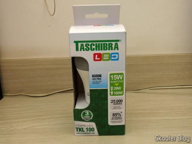 Lâmpada LED Taschibra TKL 100 15W 1507 Lúmens Bivolt 6500K, em sua embalagem.