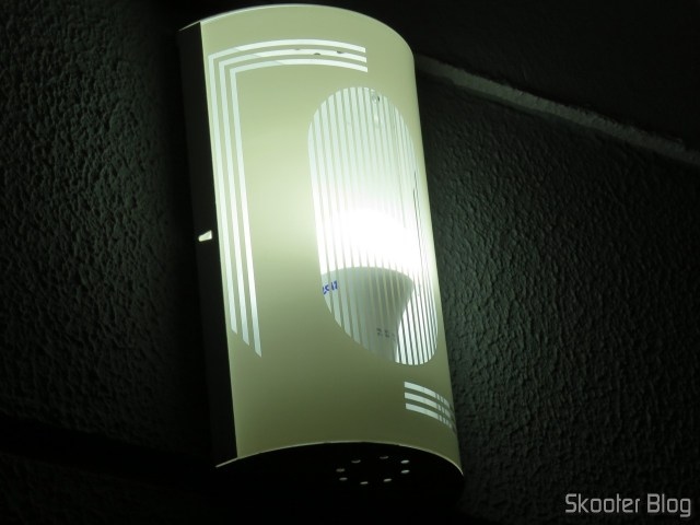 Lâmpada LED Taschibra TKL 100 15W 1507 Lúmens Bivolt 6500K, em funcionamento.