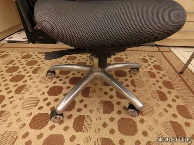 Kit 5 Rodinhas Para Cadeira De Escritório Silicone Roda 11mm, instalado na New Ergon Presidente.
