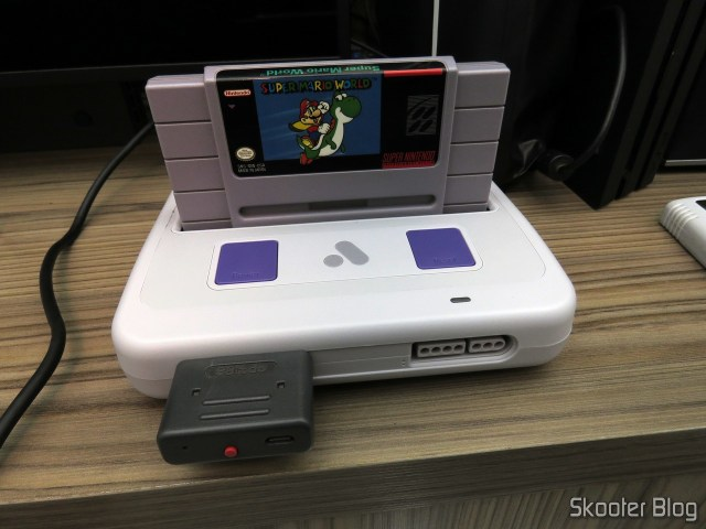 Analogue Super Nt, em funcionamento, com o cartucho do Super Mario World.