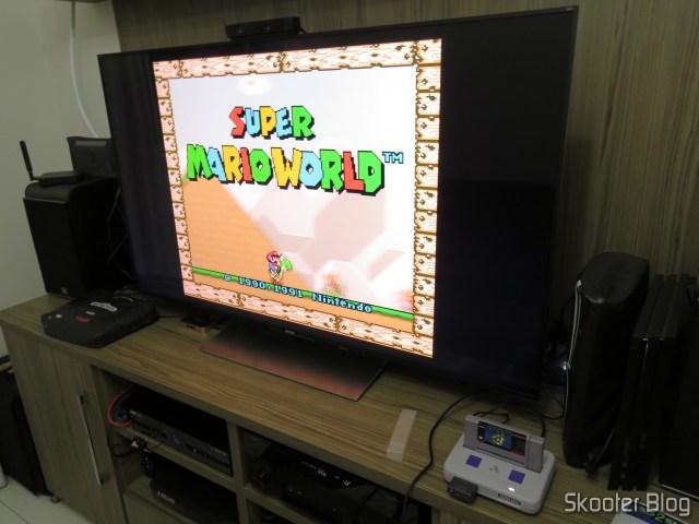 Analogue Super Nt, em funcionamento, com o cartucho do Super Mario World.