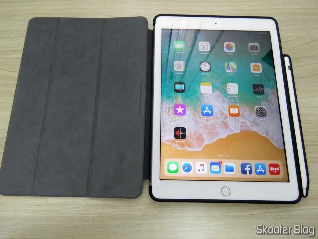 iPad com a Capa Traseira Dura Ultra-Fina Transparente para iPad 9.7 2017/2018 com suporte para Apple Pencil.