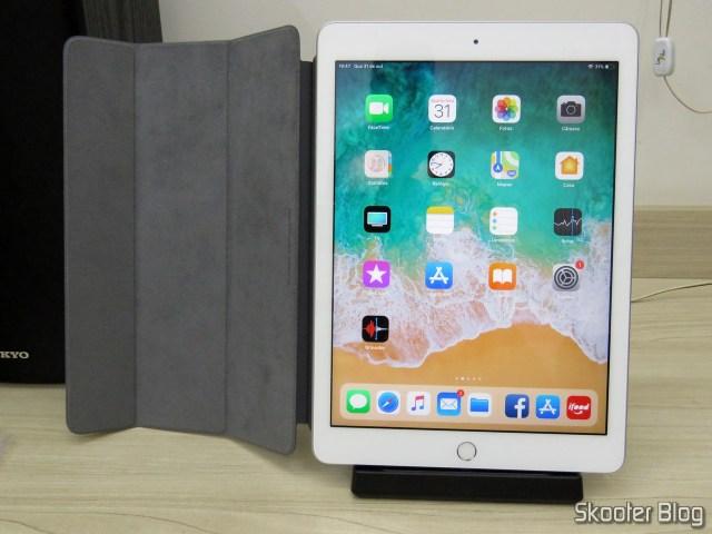 Dock Station para iPad, em uso com o iPad 2018.