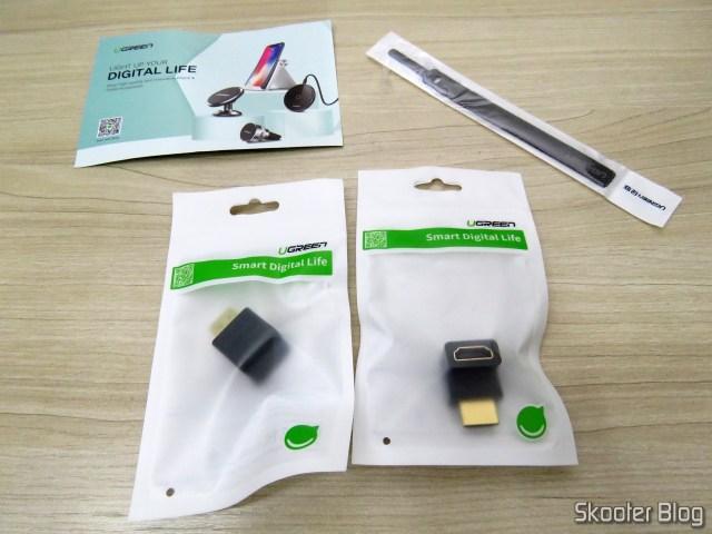 Adaptadores HDMI angulares Ugreen, em suas embalagens, e o organizador de cabos como brinde.