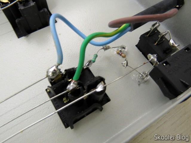 Filtro de Linha Profissional com 10 Tomadas Mistas, por dentro: resistores e LEDs.