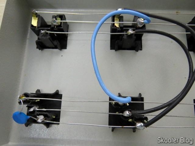 Filtro de Linha Profissional com 10 Tomadas Mistas, por dentro: varistores de proteção.