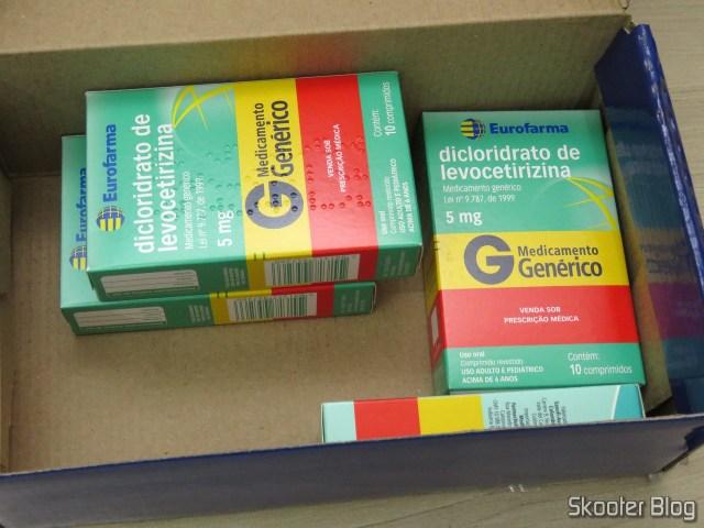 1 caixa deLevocetirizina 500 mg com 6 comprimidos (este é o genérico do Anitta) e 3 caixas deDicloridrato de Levocetirizina 5mg com 10 comprimidos (este é o genérico do Zyxem).